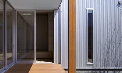 『公園前の家』明るくて風通しの良い住宅 (日当たりのよいデッキ)