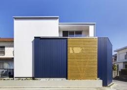 『クライミングウォールの家』家族の絆を深める心地のよい家 (白と紺色の外観-1)