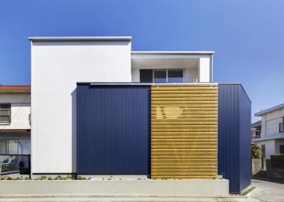 白と紺色の外観-1 (『クライミングウォールの家』家族の絆を深める心地のよい家)