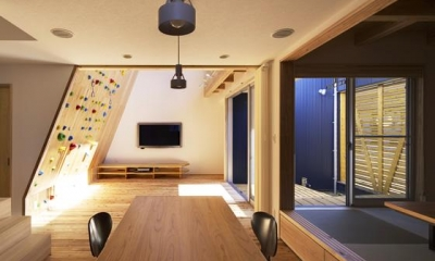 ダイニングよりリビングを見る|『クライミングウォールの家』家族の絆を深める心地のよい家