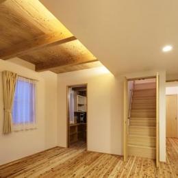 『クライミングウォールの家』家族の絆を深める心地のよい家 (杉無垢フローリングの2階寝室)