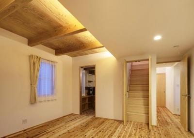 杉無垢フローリングの2階寝室 (『クライミングウォールの家』家族の絆を深める心地のよい家)