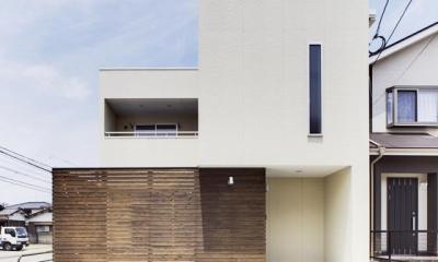 白い箱と茶色の箱を重ねたシンプルな外観-1|『小戸の家』落ち着きとゆとりのある住まい