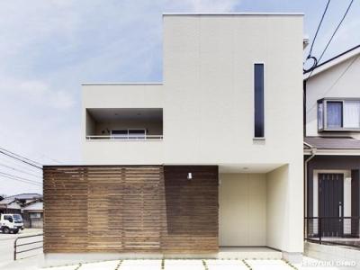 『小戸の家』落ち着きとゆとりのある住まい (白い箱と茶色の箱を重ねたシンプルな外観-1)