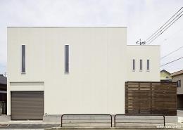 『小戸の家』落ち着きとゆとりのある住まい (白い箱と茶色の箱を重ねたシンプルな外観-2)