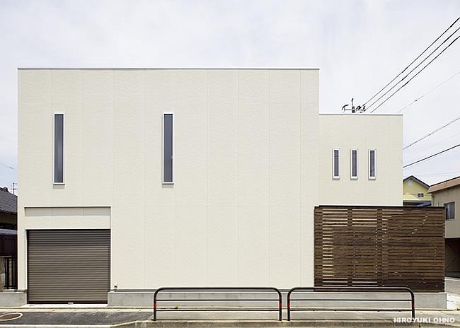 『小戸の家』落ち着きとゆとりのある住まいの部屋 白い箱と茶色の箱を重ねたシンプルな外観-2