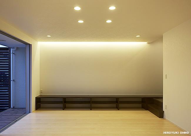 『小戸の家』落ち着きとゆとりのある住まいの部屋 庭と一体になるリビング