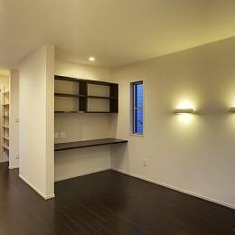 落ち着いた雰囲気の寝室 (『小戸の家』落ち着きとゆとりのある住まい)