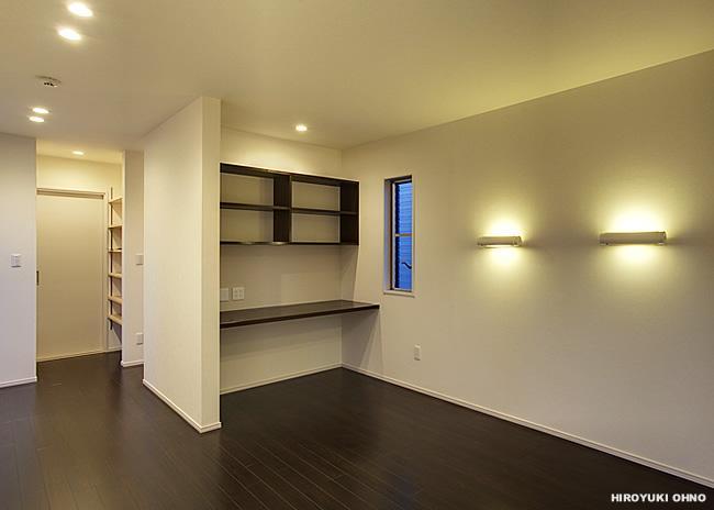 『小戸の家』落ち着きとゆとりのある住まいの部屋 落ち着いた雰囲気の寝室