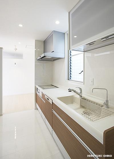 『小戸の家』落ち着きとゆとりのある住まいの部屋 白基調の明るいキッチン