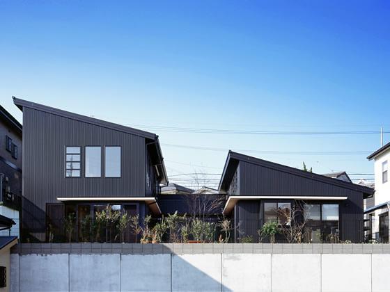 『鹿児島の黒い家』木の温もり感じる和モダン住宅の部屋 黒い外観-北側