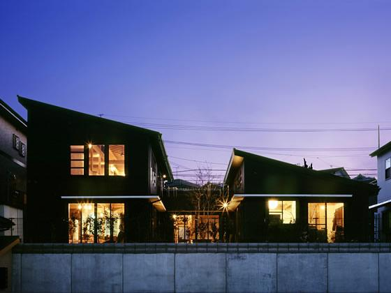 『鹿児島の黒い家』木の温もり感じる和モダン住宅の部屋 北側外観-夜景