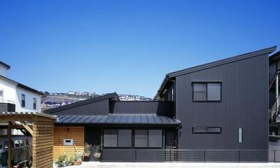 『鹿児島の黒い家』木の温もり感じる和モダン住宅 (黒い外観-南側)