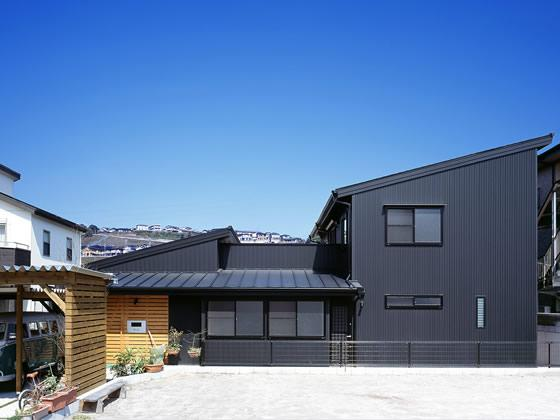 『鹿児島の黒い家』木の温もり感じる和モダン住宅の部屋 黒い外観-南側