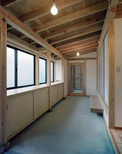 開放的な土間スペース (『鹿児島の黒い家』木の温もり感じる和モダン住宅)