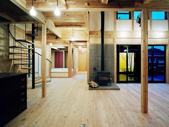 『鹿児島の黒い家』木の温もり感じる和モダン住宅 (薪ストーブのあるリビング)