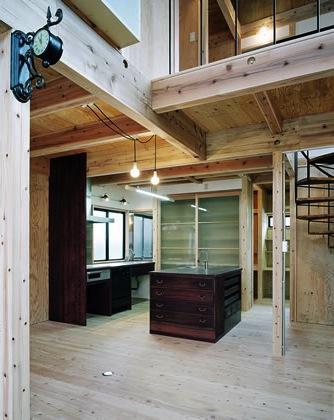 『鹿児島の黒い家』木の温もり感じる和モダン住宅の部屋 木の温もり感じるキッチンスペース