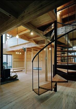 『鹿児島の黒い家』木の温もり感じる和モダン住宅の部屋 リビング内螺旋階段