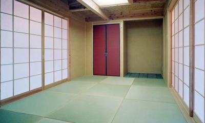 『鹿児島の黒い家』木の温もり感じる和モダン住宅 (赤がアクセントの和室)