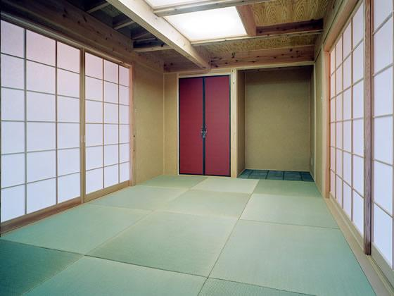 『鹿児島の黒い家』木の温もり感じる和モダン住宅の部屋 赤がアクセントの和室
