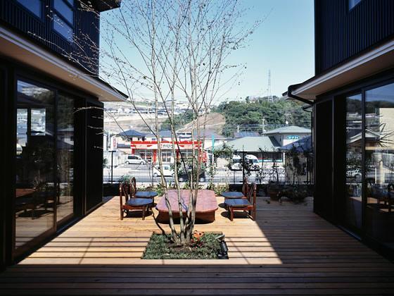眺めの良い開放的な中庭 (『鹿児島の黒い家』木の温もり感じる和モダン住宅)