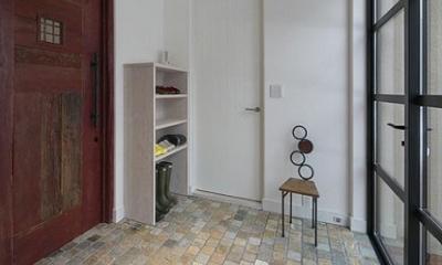 『軽井沢千ヶ滝の家』北欧スタイルの住まい (石英岩仕上げの玄関)