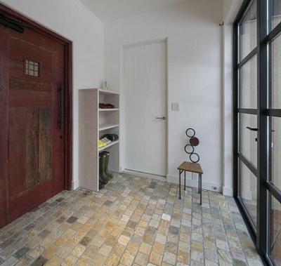 石英岩仕上げの玄関 (『軽井沢千ヶ滝の家』北欧スタイルの住まい)