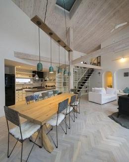 『軽井沢千ヶ滝の家』北欧スタイルの住まい (北欧スタイルの吹き抜けLDK)