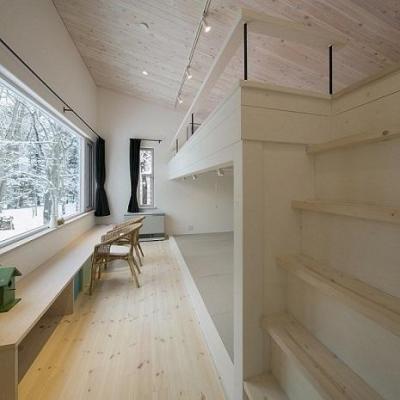 ロフト付きのゲストルーム (『軽井沢千ヶ滝の家』北欧スタイルの住まい)