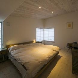 『軽井沢千ヶ滝の家』北欧スタイルの住まい (落ち着いた雰囲気のベッドルーム)