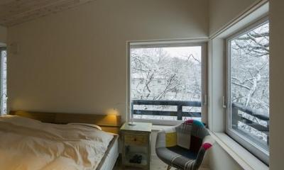 『軽井沢千ヶ滝の家』北欧スタイルの住まい (雪景色を楽しめるベッドルーム)