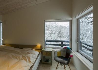 雪景色を楽しめるベッドルーム (『軽井沢千ヶ滝の家』北欧スタイルの住まい)