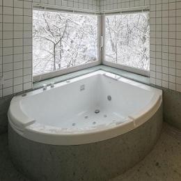 『軽井沢千ヶ滝の家』北欧スタイルの住まい (雪景色を楽しめるバスルーム)