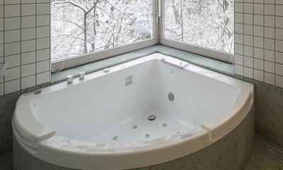 雪景色を楽しめるバスルーム|『軽井沢千ヶ滝の家』北欧スタイルの住まい