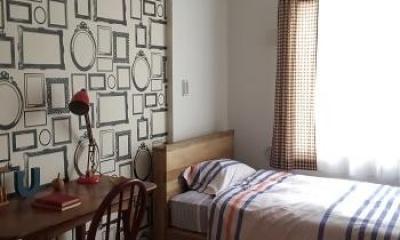 柄クロスが印象的な明るい寝室|『RENOVATION MANSION PJ』温かみのある空間作り