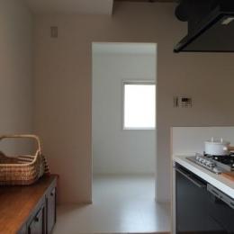 優しい光を取り込むキッチン (『RENOVATION MANSION PJ』温かみのある空間作り)