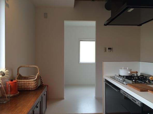『RENOVATION MANSION PJ』温かみのある空間作り (優しい光を取り込むキッチン)