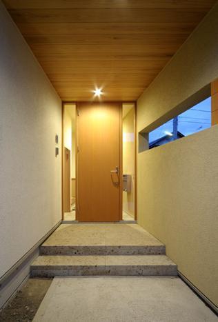 『小柴見の家』伸びやかに暮らせる和みの家 (玄関ポーチ-夕景)