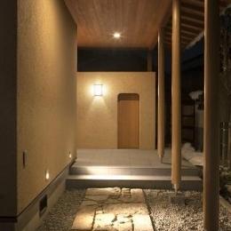 『稲里の家』薪ストーブと大きな吹き抜けのある住まい (玄関アプローチ)
