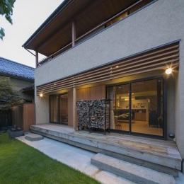 『稲里の家』薪ストーブと大きな吹き抜けのある住まい (開放的な庭・デッキ)