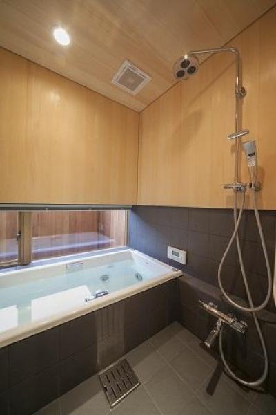 和モダンな浴室 (『稲里の家』薪ストーブと大きな吹き抜けのある住まい)