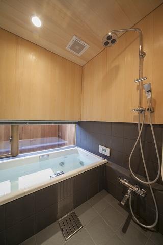 『稲里の家』薪ストーブと大きな吹き抜けのある住まい (和モダンな浴室)