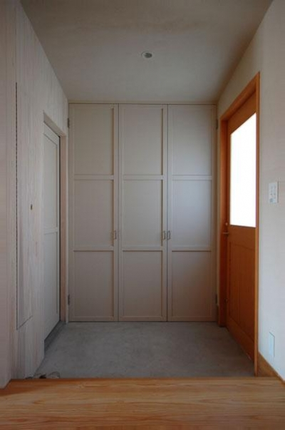 玄関-シンプルな壁面収納 (長森の家)