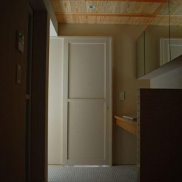 長森の家 (タイル床の洗面室)