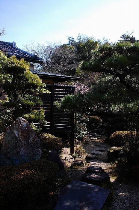 岩田坂の増築の部屋 飛び石のアプローチ