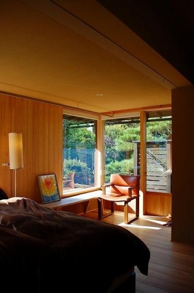 寝室-明るい光に包まれる寛ぎの空間 (岩田坂の増築)