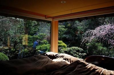 寝室より望める美しい庭 (岩田坂の増築)