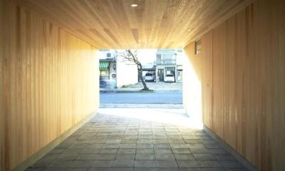 木造町の離れ (木に囲まれた駐車スペース)