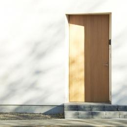 木造町の離れ (白い外壁に映える木製玄関ドア)