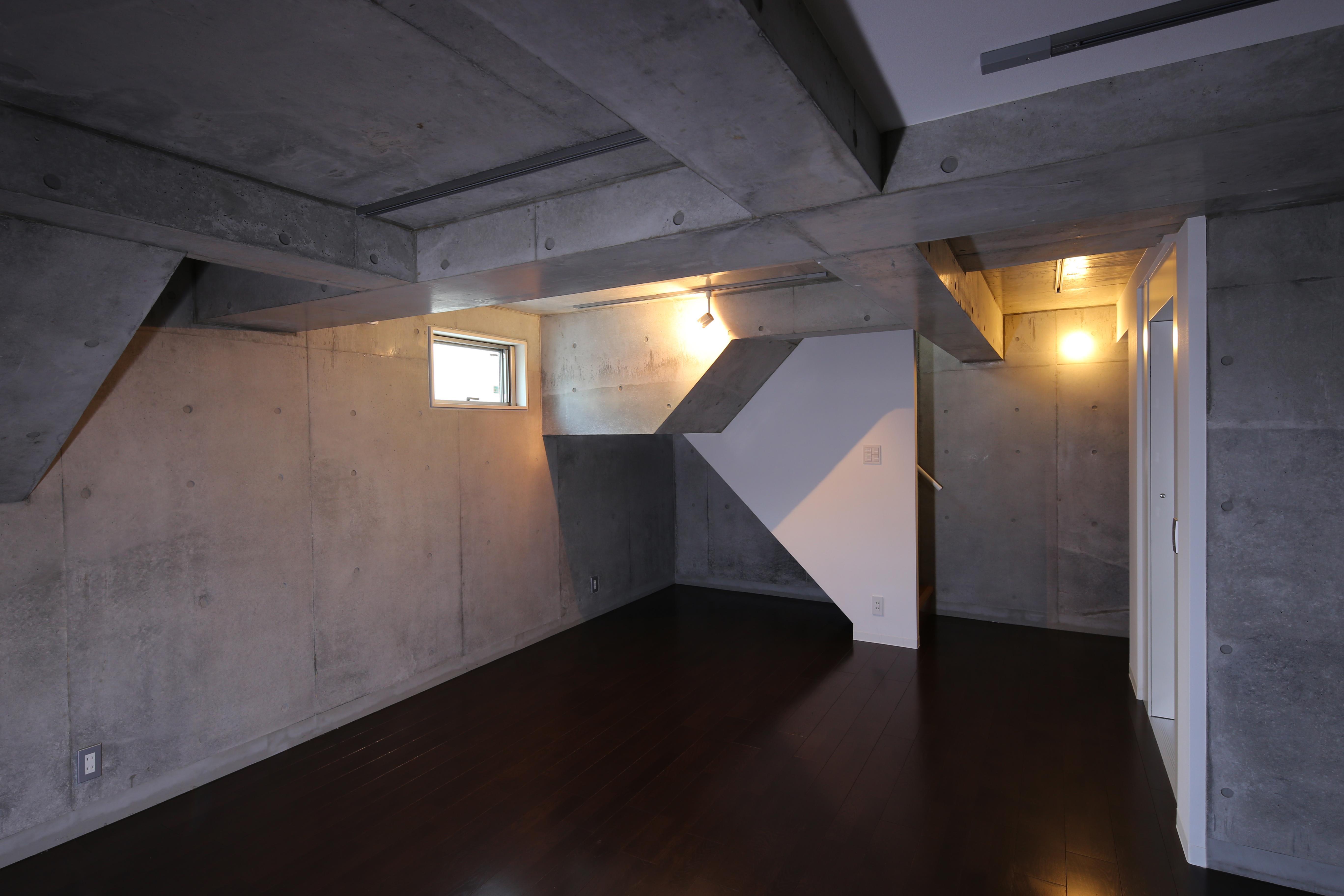 東京都大田区Y邸の部屋 一面コンクリートの地下室